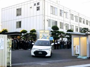 岡田裕介さんを乗せた車は大勢の東映社員、映画関係者に見送られ、東映撮影所を後にした(画像一部加工)