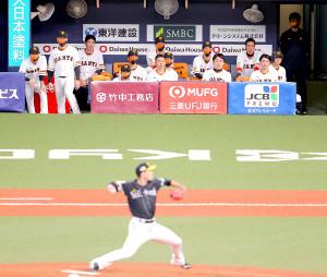 ベンチから千賀の投球を見つめる巨人ナイン