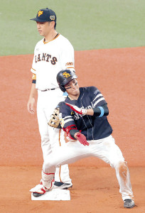6回2死一、三塁、2点適時二塁打を放ち、塁上で「ケバブポーズ」を披露した栗原(後方は中島)