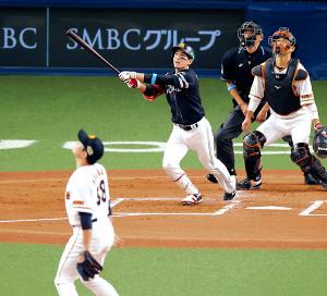 2回無死一塁、菅野(左)から右越えへ2ランを放つ栗原(捕手は大城=カメラ・竜田 卓)