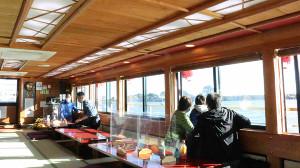 船内はテーブルにアクリル板が置かれるなど感染対策が施されていた