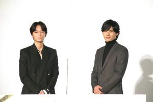 舞台あいさつした綾野剛(左)と岡田健史