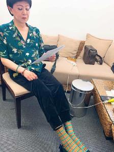美川憲一オフィシャルブログ「しぶとく生きる」よりいすに腰掛けている美川(C)アメーバブログ