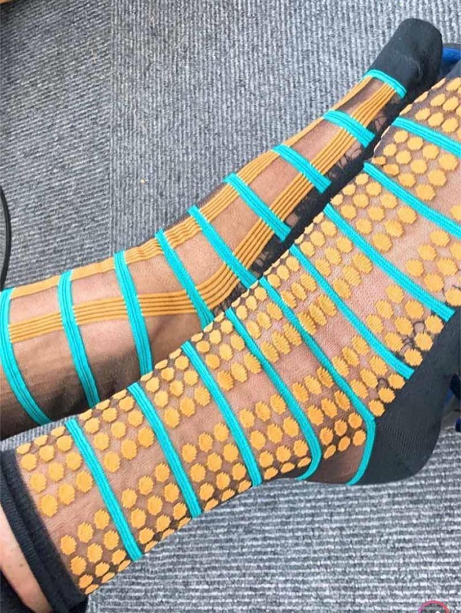 美川憲一オフィシャルブログ「しぶとく生きる」より美川の履いていた左右柄の違うシースルーの靴下(C)アメーバブログ