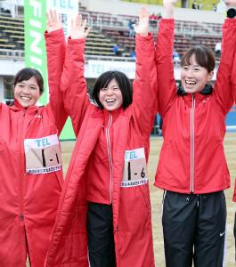 クイーンズ駅伝の2連覇に笑顔を見せる日本郵政グループの(左から)大西、鈴木、宇都宮