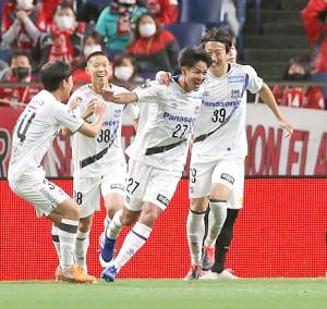 後半36分、高尾瑠(中)がゴールを決め歓喜するG大阪イレブン