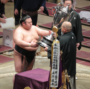 八角理事長(右)から賜杯を受け取る貴景勝(カメラ・清水 武)