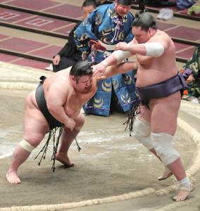 優勝決定戦 貴景勝(左)は押し出しで照ノ富士を下す(カメラ・清水 武)