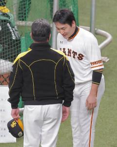 ソフトバンクの試合前練習中、工藤公康監督(左)のもとへ謝罪に訪れた丸佳浩(右)