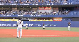 22日の試合前練習、丸が中村晃に頭を下げると、中村晃も手を上げて応えた