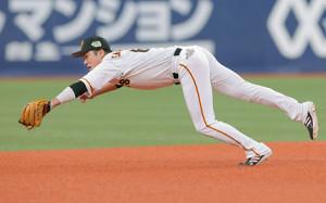 7回1死一、二塁、坂本勇人が栗原陵矢の打球を捕球するも内野安打となる