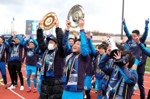 ホームでシャーレを掲げてJ3優勝とJ2昇格を祝う秋田の選手たち(カメラ・小林 泰斗)