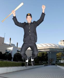 仮契約を終え、東京ドームを背に飛躍を誓ってジャンプする巨人ドラフト5位の二松学舎大付・秋広優人(カメラ・関口 俊明)