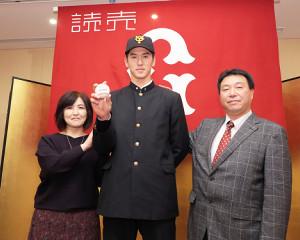 父・伸也さん(右)、母・陽子さんと記念写真に納まる秋広