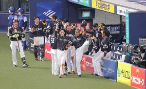 7回1死、デスパイネが右中間へ満塁本塁打を放ち、栗原陵矢らとポーズを決める(カメラ・相川 和寛)