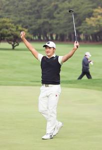 プレーオフ4ホールの末にプロ初優勝を決め、両手を上げて喜ぶ金谷拓実(カメラ・馬場 秀則)