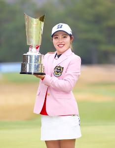 2週連続の優勝を果たした古江彩佳は、優勝カップを手に笑顔(カメラ・豊田 秀一)