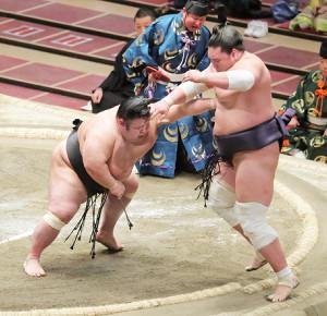 優勝決定戦、貴景勝(左)は押し出しで照ノ富士を下す(カメラ・清水 武)