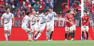 後半36分、高尾(中)がゴールを決め歓喜するG大阪イレブン(カメラ・宮崎 亮太)