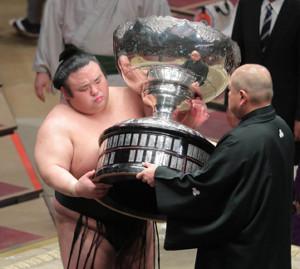 八角理事長(右)から総理大臣杯を受け取る貴景勝(カメラ・清水 武)