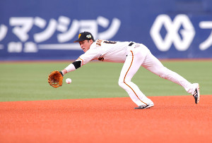 7回1死一、二塁、坂本が栗原の打球に飛びつくも内野安打となる(カメラ・石田 順平)