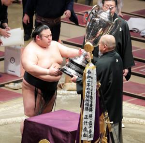 八角理事長(右)から賜杯を受け取る貴景勝