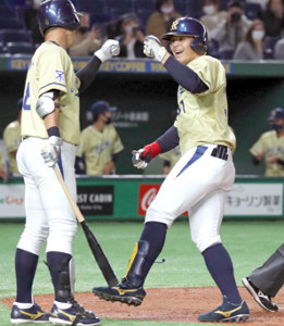 4回無死、左中間に先制のソロ本塁打を放ち生還するNTT西日本・西川雄大