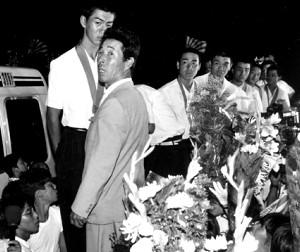 84年8月、茨城県勢初の甲子園優勝を果たし凱旋した取手二高ナインと木内監督(手前)