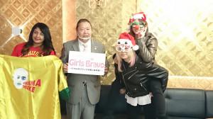 会見する(左から)あんなざん、甘井代表、世志琥とSareee