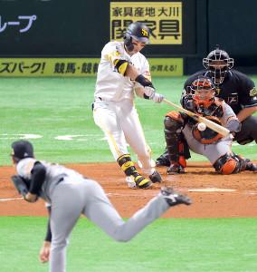 初回、右翼線へ二塁打を放つソフトバンク・中村晃