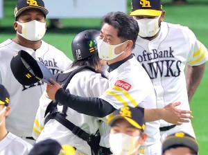 4連勝で日本一を決め、捕手・甲斐拓也と抱き合って喜ぶ工藤公康監督