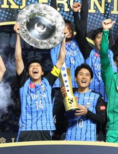 最速優勝を果たし歓喜する中村(左)と大島