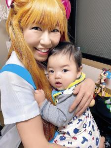 アスカのコスプレで長男の「トニーくん」を抱く桜 稲垣早希(本人提供)