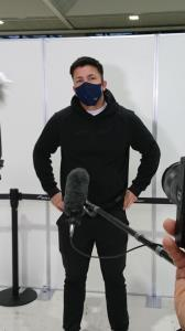 フィンランド合宿へ出発前の成田空港で取材に応じたディーン元気