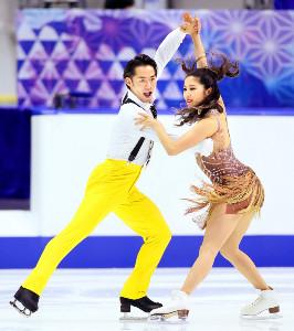 アイスダンスRDで2位となった村元(右)、高橋組の演技(代表撮影)