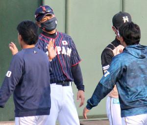 フェニックス・リーグで指揮を執った侍ジャパン・稲葉監督(左)