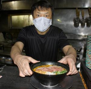名物「カレー白湯ら~めん」を出す「麺ジャラスK」川田利明店主。取材であっても店ではマスクは外さずコロナ対策を徹底