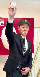 つくば市内のホテルで仮契約を結んだ筑波大の奈良木陸投手