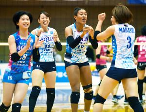4勝目を挙げたKUROBEの選手たち