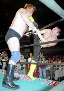 三冠選手権でスタン・ハンセン(左)にハイキックを叩き込む川田利明(1992年6月5日・日本武道館)