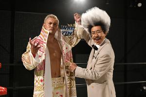 新日本プロレス東京D大会の特別プロモーターに就任した「ドン・キナシ」こと木梨憲武(右)とオカダ・カズチカ