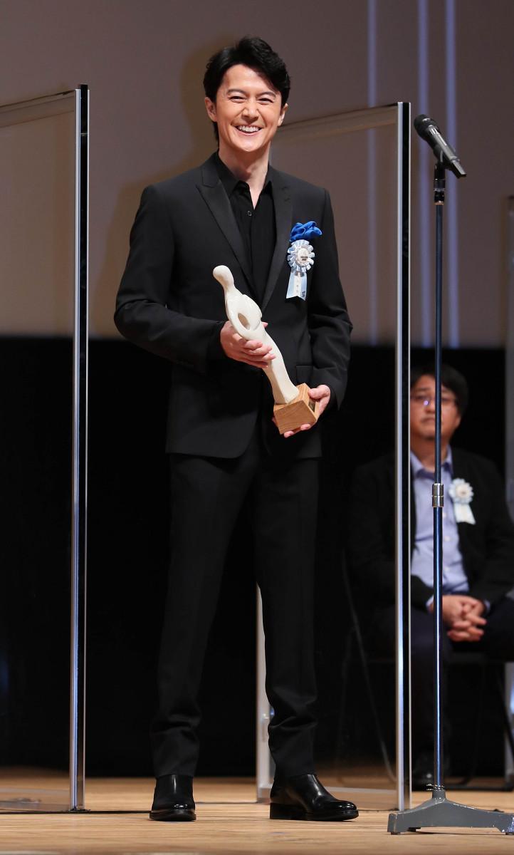 最優秀男優賞のトロフィーを持つ福山雅治