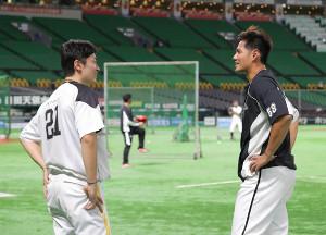 和田毅(左)と談笑するチェン・ウェイン