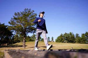 青空の下、練習ラウンドを行う石川遼