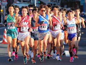 今年の箱根駅伝で1区を走る各校選手ら