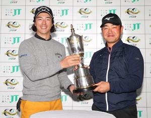 開幕を翌日に控え、笑顔でJTカップを手にする石川遼(左)と時松隆光(カメラ・宮崎 亮太)