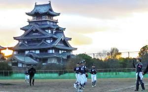 球場のバックにそびえる伏見桃山城の下、勝利を喜ぶ舞鶴・京都洛中ナイン