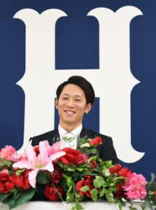 契約更改を終えて会見する広島・西川