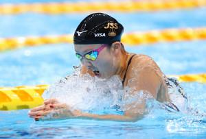 優勝した渡部香生子の力泳(カメラ・竜田卓)