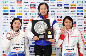 表彰される(左から)2位の青木玲緒樹、1位の渡部香生子、3位の鈴木聡美(日本水泳連盟提供)